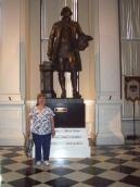Четвертый этаж. Статуя Вашингтона работы скульптора Дональда Де Лью