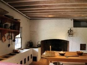 Кухня в подвальном помещении