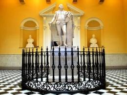 Статуя  Вашингтона внутри Ротонды