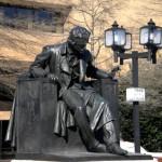 21. Памятник Э.А По возле Университета Балтимора